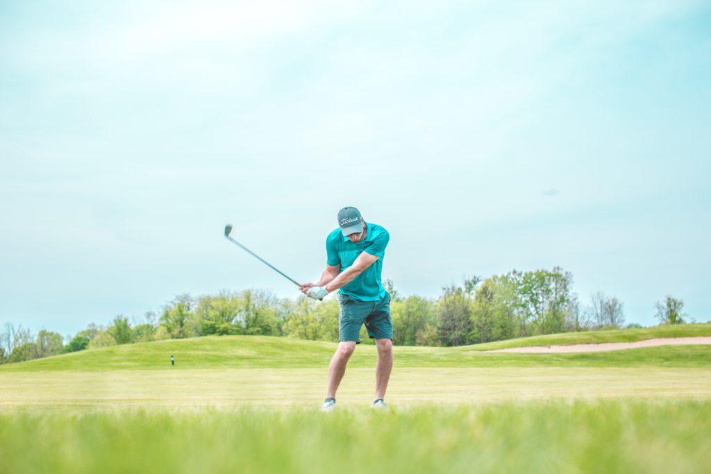 ゴルフの上達は素振りから。効果的な練習方法とコツ