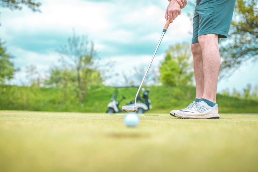 夏のゴルフ場でハーフパンツはOK?~プレー中の短パンはマナー違反か解説!~
