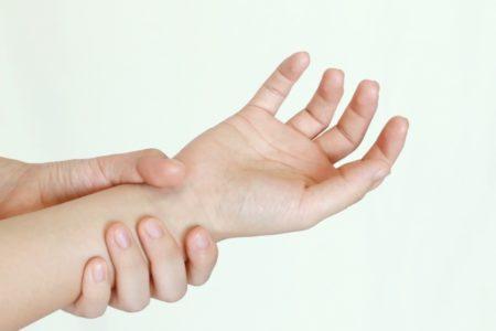 ゴルフで手や指が痛くなる原因は?対処法や予防策を解説!